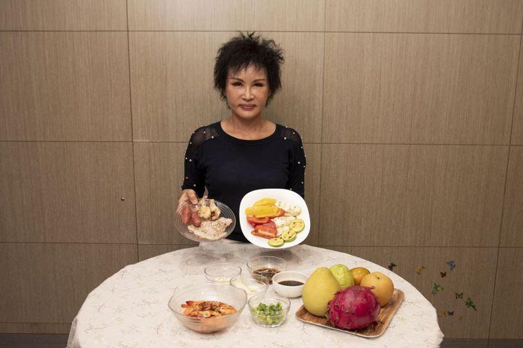 譚敦慈說,烤肉時生、熟食分開處理。記者江家全/攝影