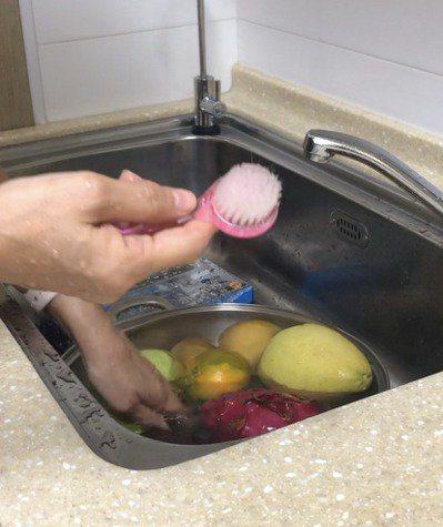 洗臉刷硬度剛好,容易去除髒汙,將水果表皮刷乾淨。記者江家全/攝影