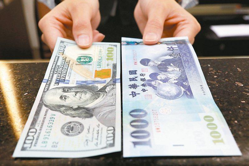 今年第4季央行可能以新台幣升值手段來抗通膨。 (路透)