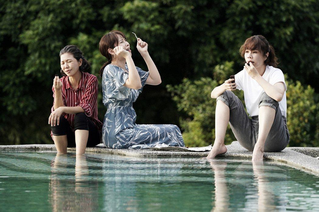 于子育(左起)、天心、謝盈萱在「俗女2」戲裡展開一段公路旅行。圖/華視、CATC...