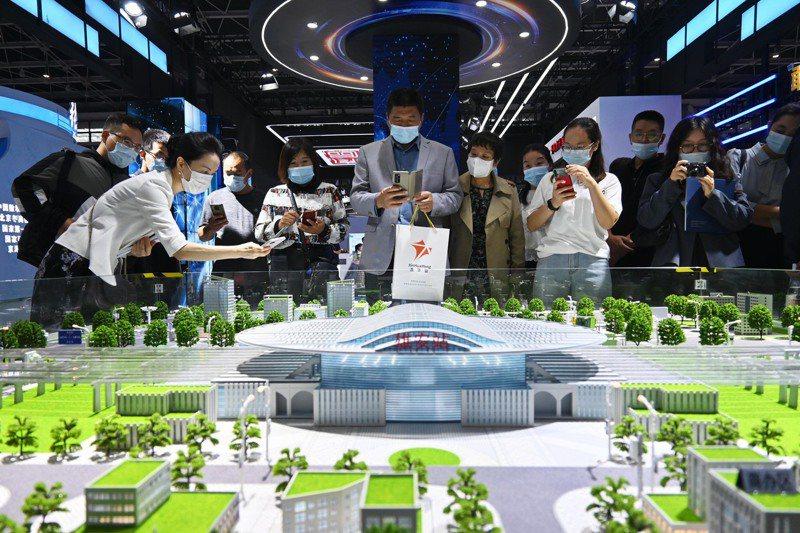 「2021中國國際數字經濟博覽會」日前在河北省石家莊市開幕。圖為雄安新區城市建設的相關沙盤模型受到關注。中新社