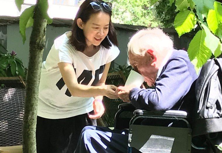 曾寶儀採訪選擇安樂死的104歲人瑞大衛.古道爾,讓她體會震撼的生命教育。 圖/取...
