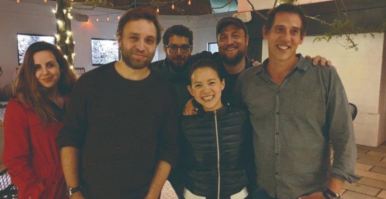 曾寶儀(前排左3)與《明天之前》製作團隊合影。 圖/取自50+