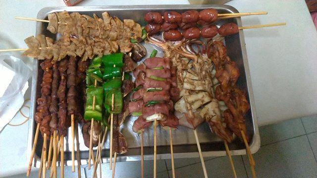 網友分享在中秋連假買的串烤,價格卻高得嚇人。圖/取自PTT