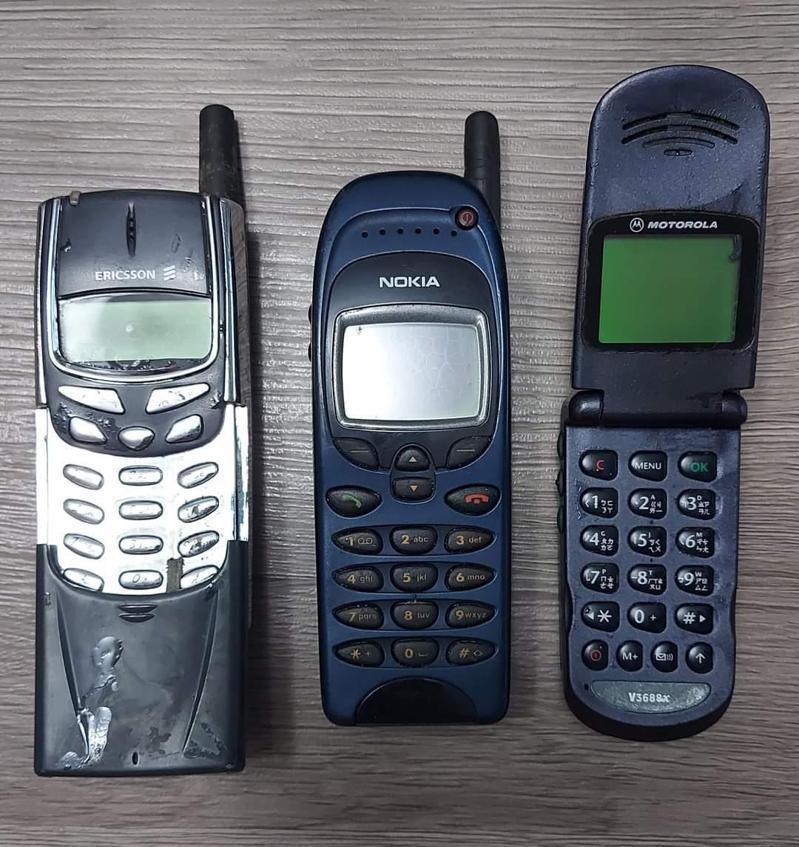 網友貼出三支手機,其他人大喊「根本是傳說」。圖/取自爆料公社