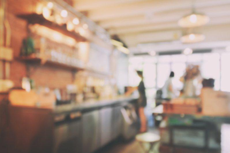網友買咖啡時姓氏總是被寫錯,讓她又氣又好笑。圖片來源/ingimage