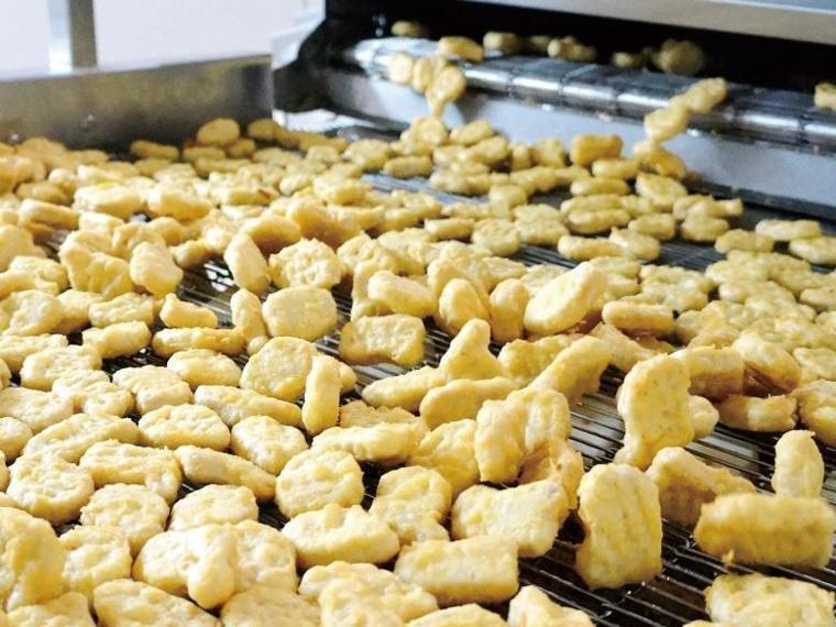 麥克雞塊的組成原料其實很單純,就是雞腿肉、雞胸肉、增加口感滑潤的雞皮、鹽、以及具...