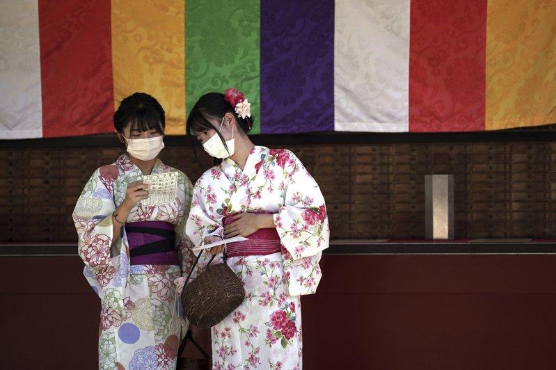 日本流行語「父母扭蛋」在社交平台上引起很大迴響,日本年輕人紛紛使用這個潮語表達對父母的不滿。圖/美聯社