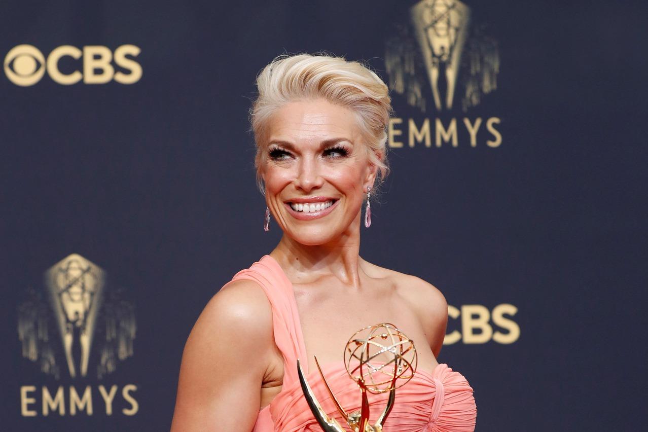 第73屆艾美獎今早8點起在洛杉磯市中心的L.A. Live露天區域舉行,在已經頒發的獎項中,剛巧呈現Apple TV+「泰德拉索:錯棚教練趣事多」、HBO「東城奇案」與Netflix「王冠」各得兩項...