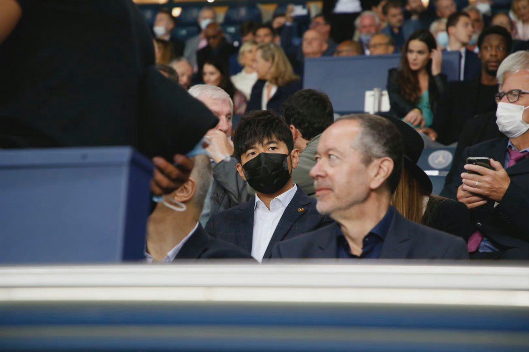 周杰倫在巴黎觀看球賽。圖/摘自微博