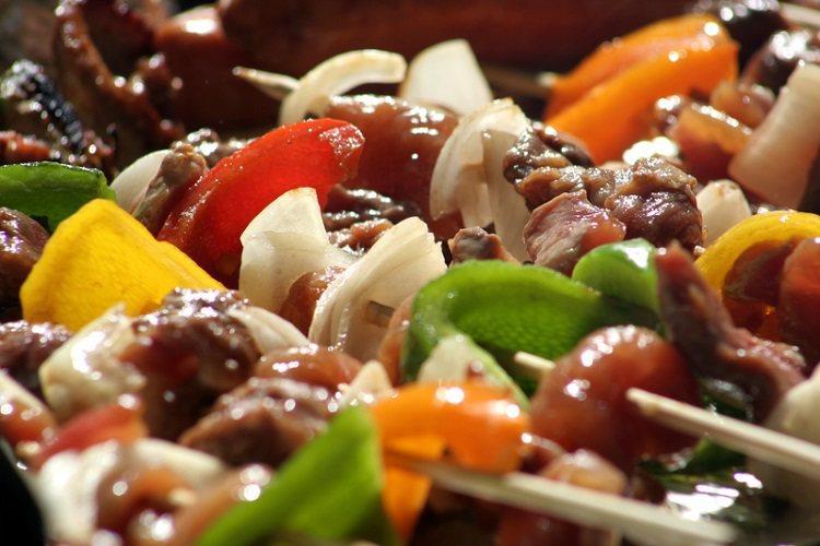 降低烤肉熱量負擔,可多吃蔬菜,一整包的金針菇才33大卡、一整條黃瓜也不到百卡,且...