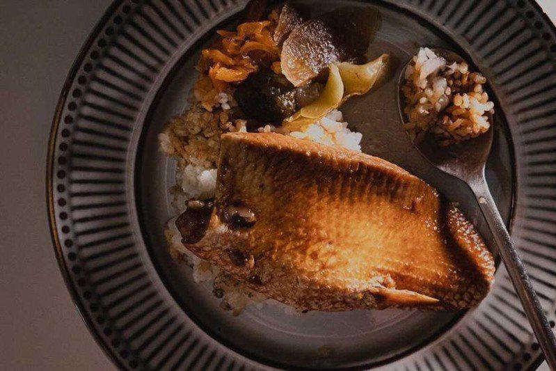 虱目魚肚滷到入味,搭配白飯和醃漬醬瓜,微辣、充滿膠質且美味下飯。圖/豊賀大酒家提供