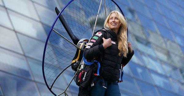 即將完成環繞英國3000英里飛行壯舉的動力飛行傘家莎嘉.丹契(Sacha Den...