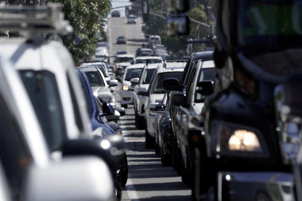 美國國家公路交通安全管理局上周五對配備高田氣囊的3,000萬輛汽車展開新調查,因...
