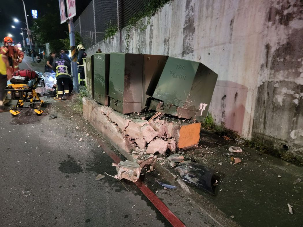 巡邏車在山路彎道撞到路旁電箱,翻覆四輪朝天。記者林昭彰/翻攝