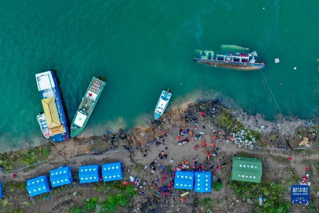 9月19日,救援人員在事故現場救援。新華社