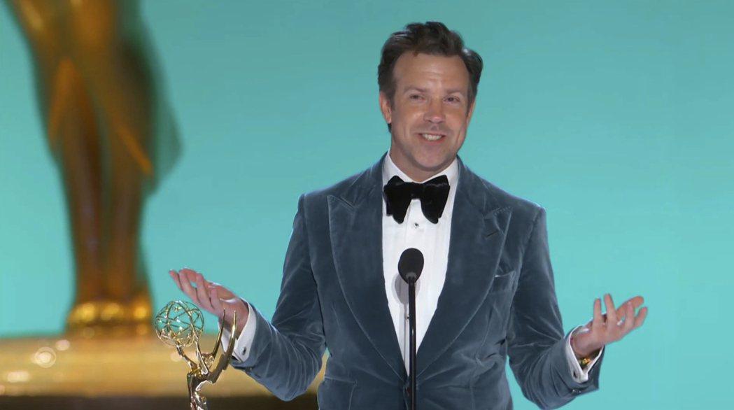 「泰德拉索:錯棚教練趣事多」傑森蘇戴西斯獲艾美獎最佳音樂或喜劇類影集男主角。(美