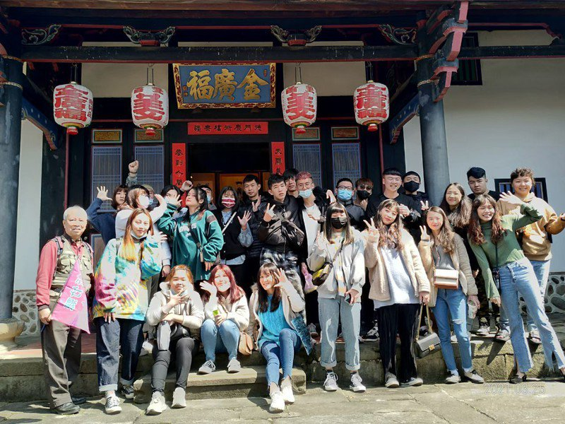 葉國熢(前排左一)擔任地方文化館及觀光旅遊中心志工,向遊客介紹在地文史。圖/新竹縣政府提供