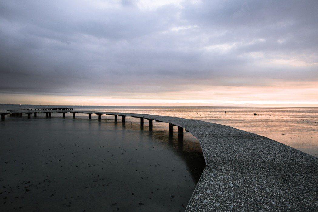 新竹市香山濕地賞蟹步道彈塗魚現蹤,且是觀賞夕陽的夢幻景點。 竹市府/提供
