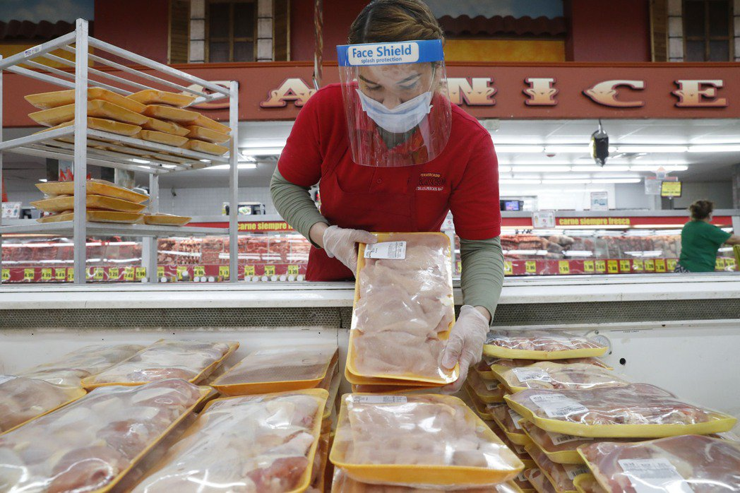 超市銷售雞肉示意圖。美聯社