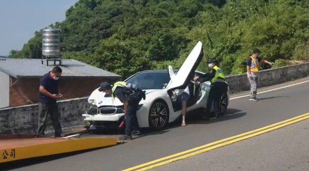 劉男今天駕駛BMW i8跑車在國安路,與對向跨越雙黃線的機車發生碰撞,賴姓騎士受...
