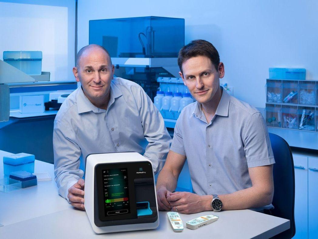 以色列生技業者MeMed共同創辦人Eran Eden(右)和Kfir Oved。...