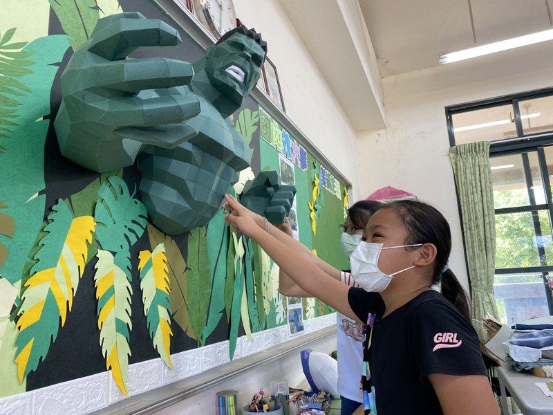 屏東縣萬隆國小五年級教室布置,導師黃德誠設計立體綠巨人浩克,躍然於牆上,學生看了直呼「超酷的!」。記者劉星君/攝影