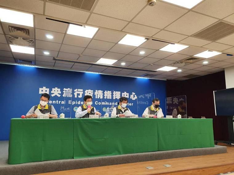 中央流行疫情指揮中心醫療應變組副組長羅一鈞(由左至右)、疫情監測組組長周志浩、指...