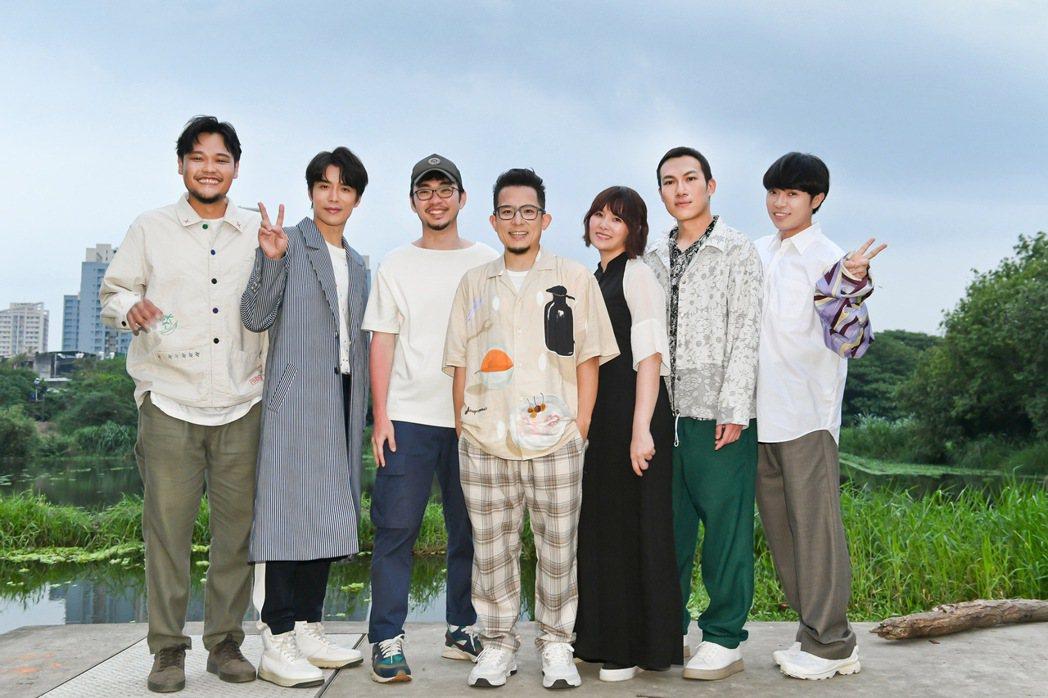 魚丁糸(蘇打綠)請到程偉豪(左三)擔任「Sorry青春」MV導演。圖/環球音樂提