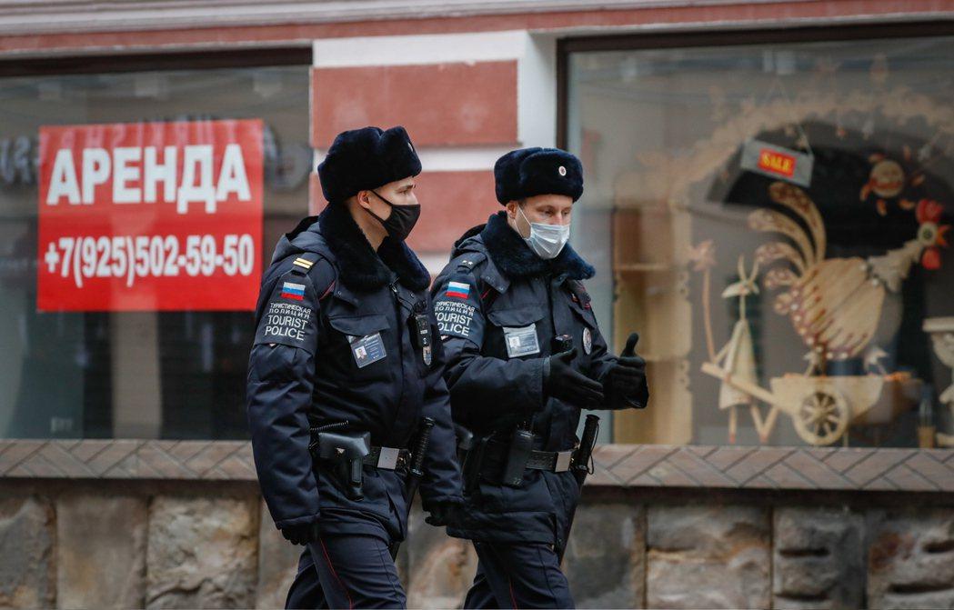 俄國員警在莫斯科巡邏。(歐新社)