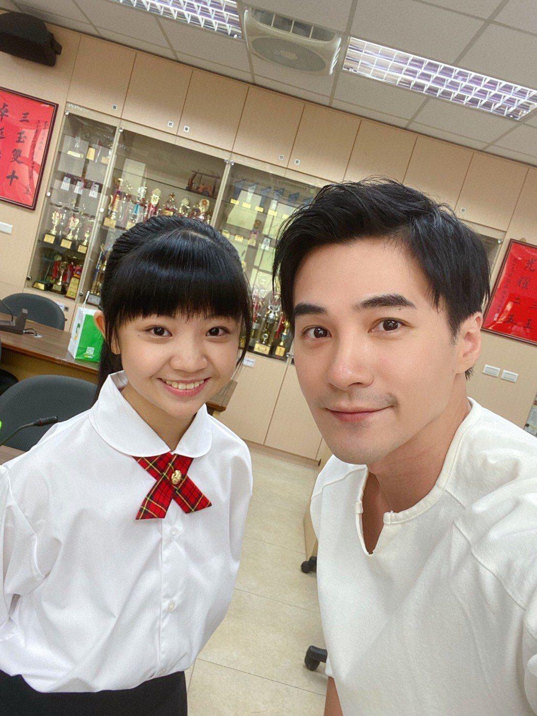 「小嘉玲」吳以涵(左)與是元介合作。圖/關懷台灣文教基金會提供