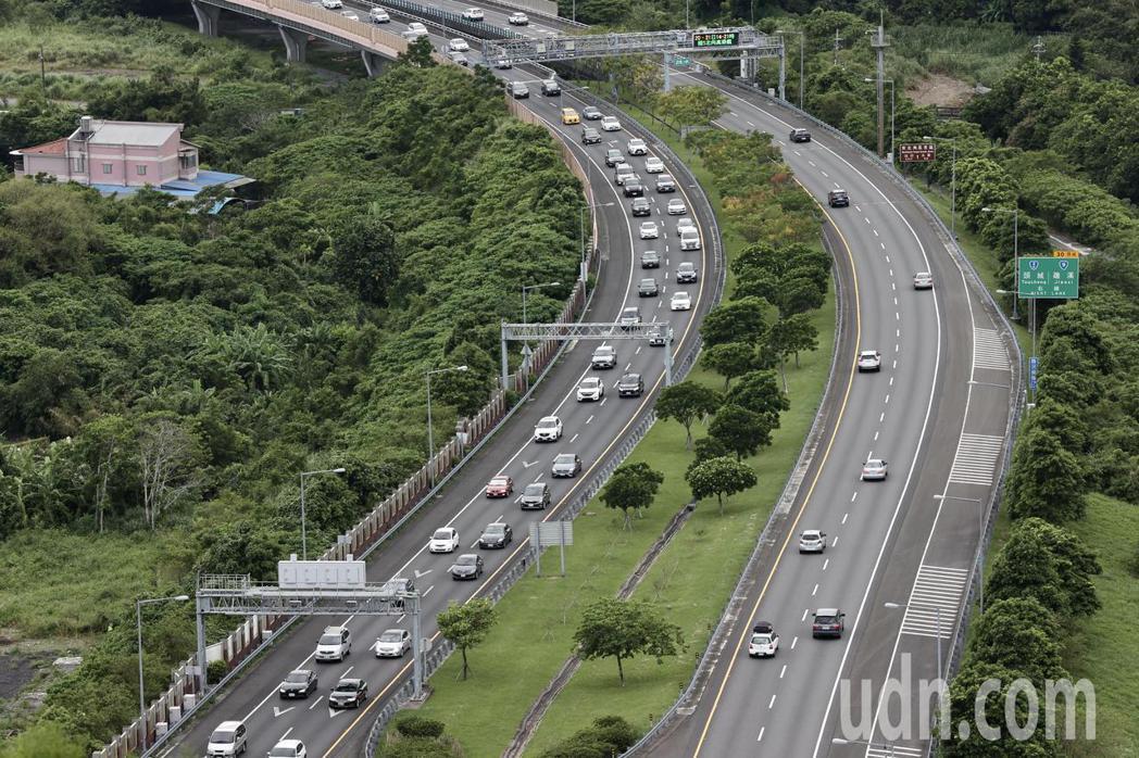 根據高公局統計,20日國道全天交通量為108.9百萬車公里,為年平均平日 (88...