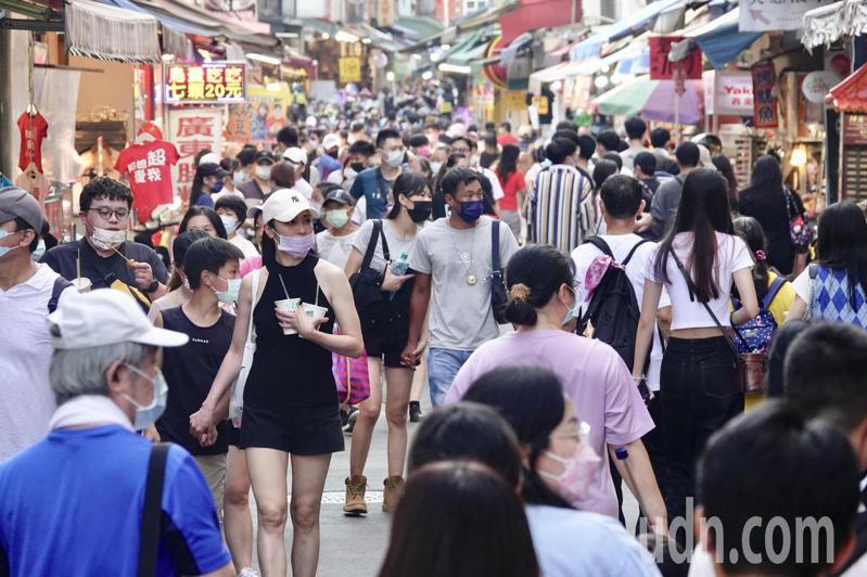 中秋連假,民眾到淡水逛,老街上人群擁擠。記者林伯東/攝影