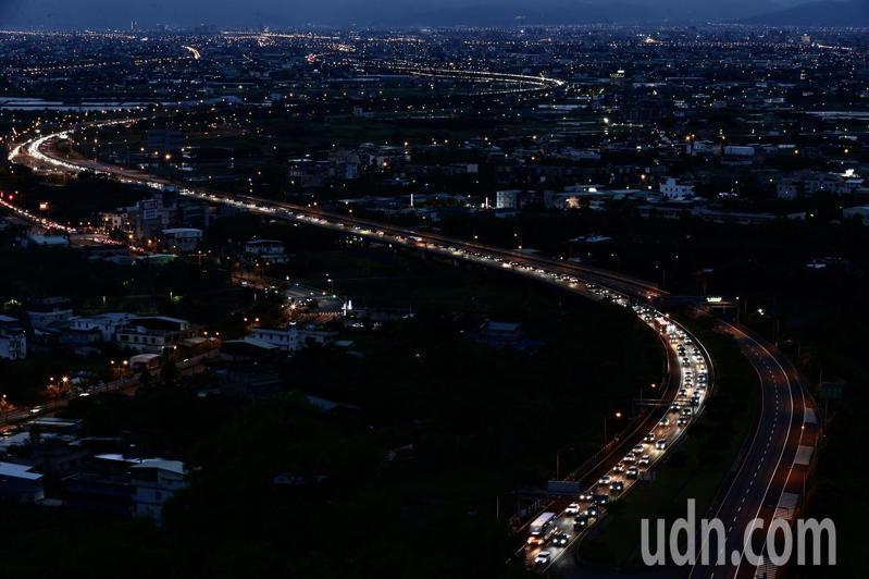 圖為中秋連假第三天,夜晚車燈讓國五猶如一條長龍。記者許正宏/攝影