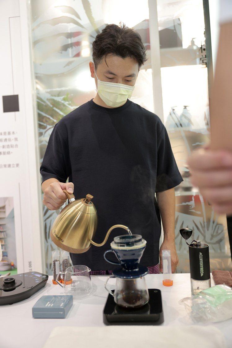 Simple Kaffa 興波咖啡創辦人吳則霖於現場示範沖煮咖啡。記者王聰賢、李...
