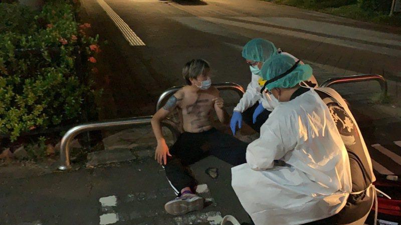 網紅「吃屎哥」今晚從新北市新莊棒球場的三壘後方高度約2公尺看台,赤裸上身跳下球場以抗議年輕人沒疫苗可打,腿部疑似骨折,稍早已經送往醫院。記者林昭彰/翻攝