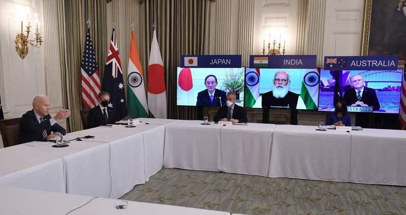 美國總統拜登(左)與國務卿布林肯(左二)3月12日在白宮與日本、印度、澳洲領袖舉行四方安全對話視訊峰會。(法新社)