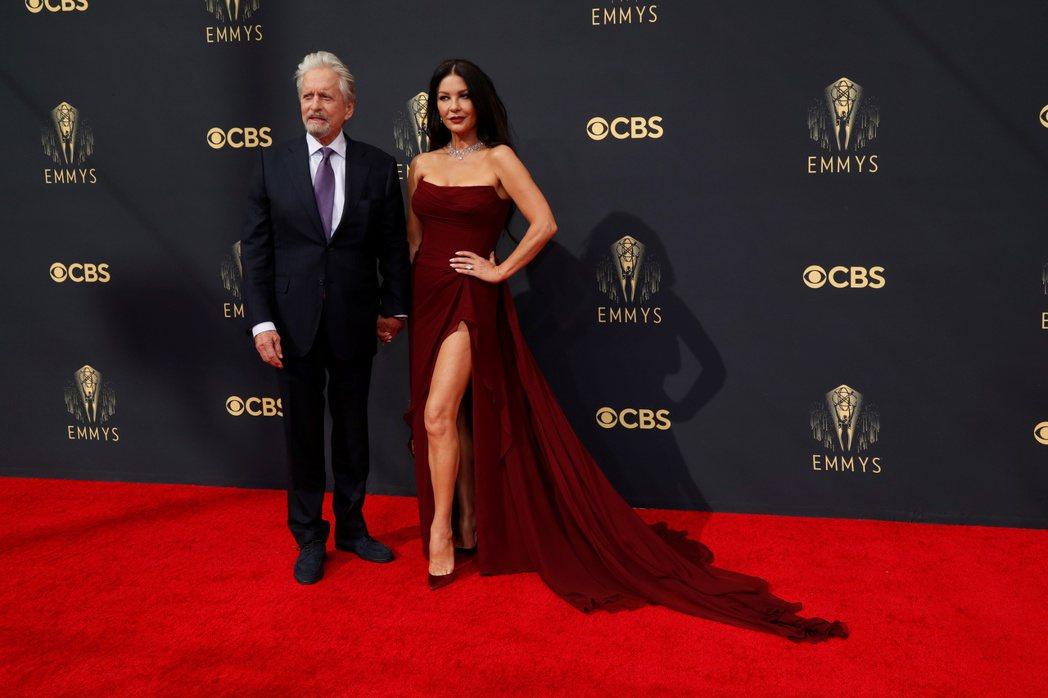 麥克道格拉斯(左)與凱薩琳麗塔瓊斯在艾美獎紅毯上吸引不少目光。(路透)