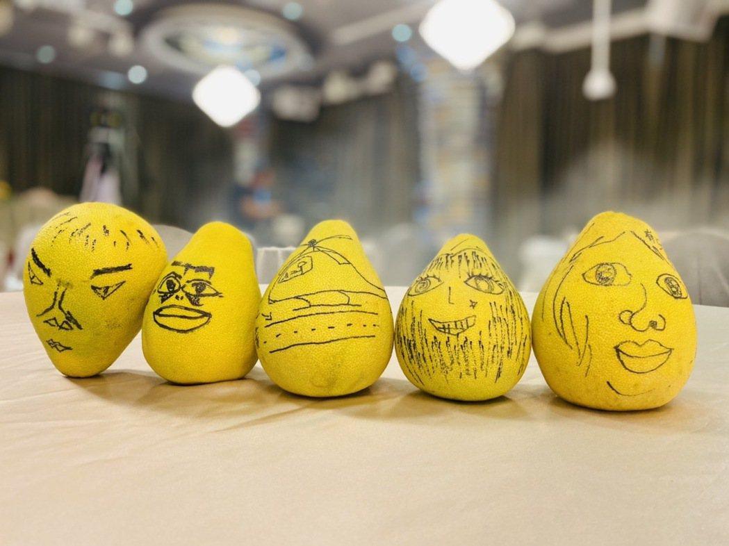 「女力報到-男人止步2」演員們畫柚子。圖/TVBS提供
