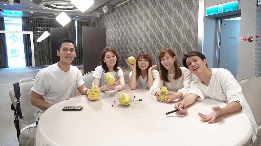 梁瀚名(左起)、楊雅筑、王上菲、鄭亞、鯰魚哥中秋比賽畫柚子。圖/TVBS提供