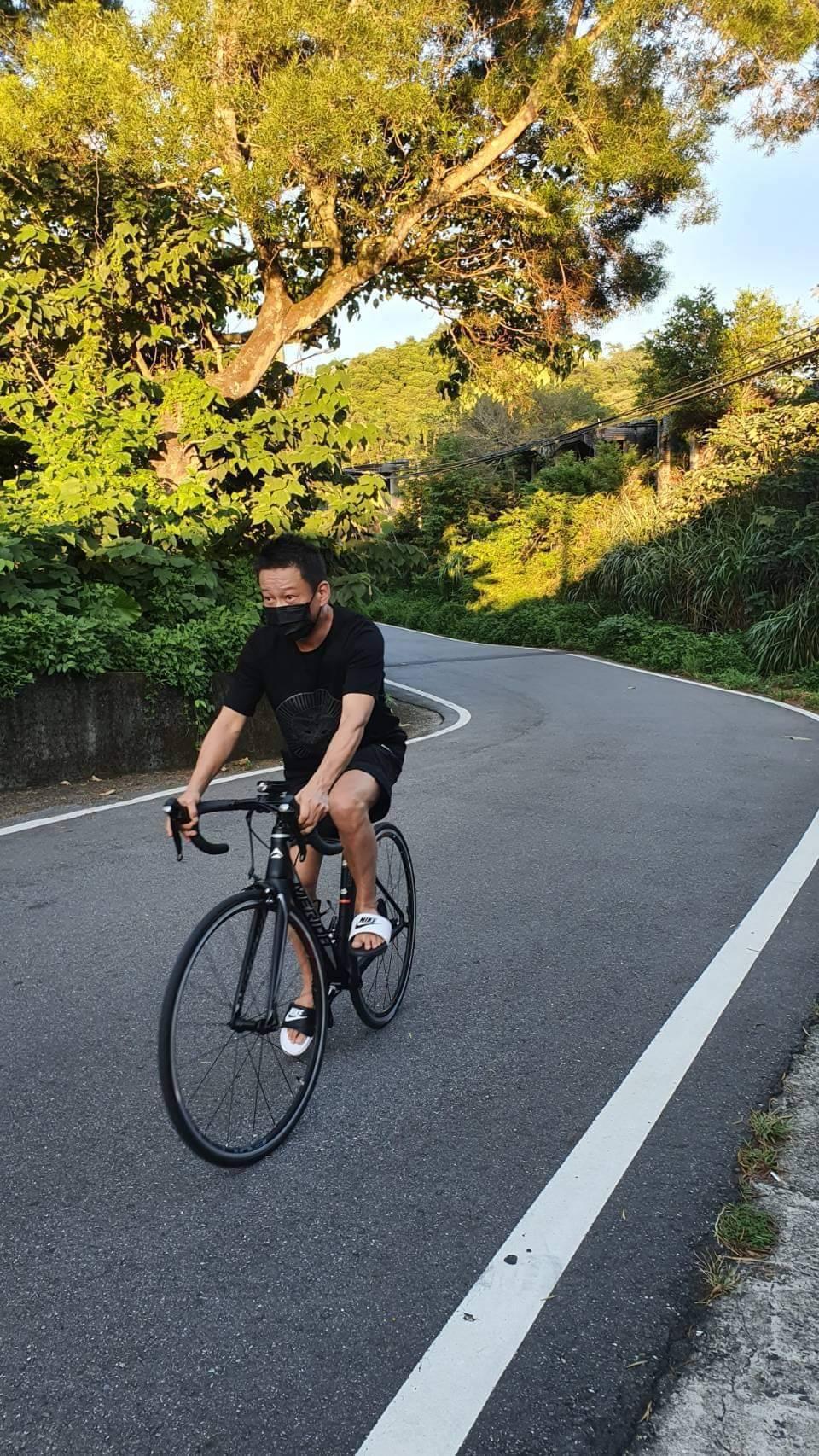 李康生趁「山中森林」殺青、新片開拍空檔騎車做運動。圖/禾力文創提供