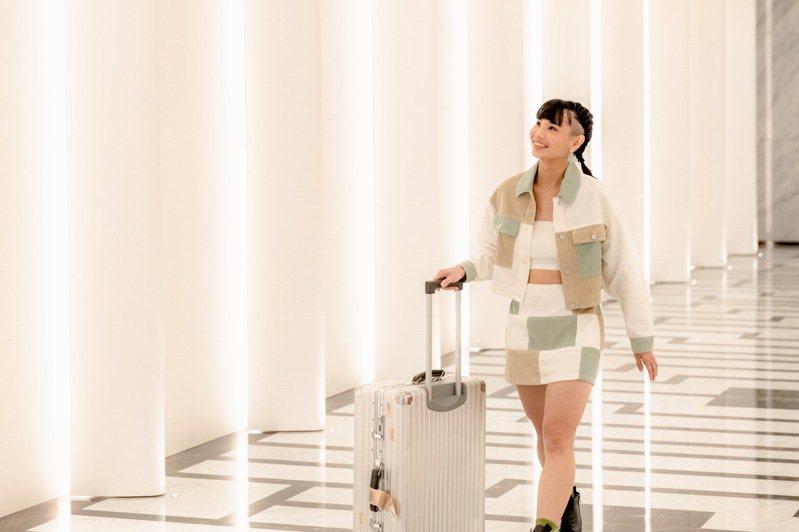 世界球后戴資穎當高雄推廣大使,換上時尚裝扮拖著行李箱,裝扮亮眼。圖/高雄市政府提供