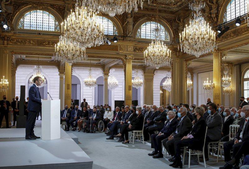 馬克宏氣壞 拒出席聯大 法國總統馬克宏(左)廿日在巴黎總統府發表演說,反省法國過去殖民阿爾及利亞的黑暗歷史。馬克宏對美英澳AUKUS安全聯盟撕毀法國潛艦合約非常憤怒,除了召回駐美、澳大使,也不參加本屆聯大會議,並拒絕發表視訊演說。(美聯社)