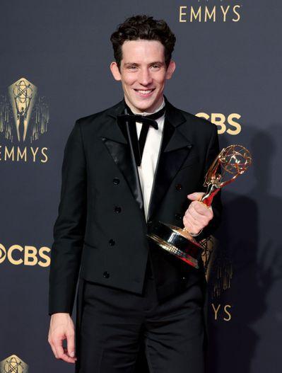 英國小生喬許歐康納以「王冠」中的查爾斯王子一角獲得艾美獎最佳戲劇影集男主角,繼金...