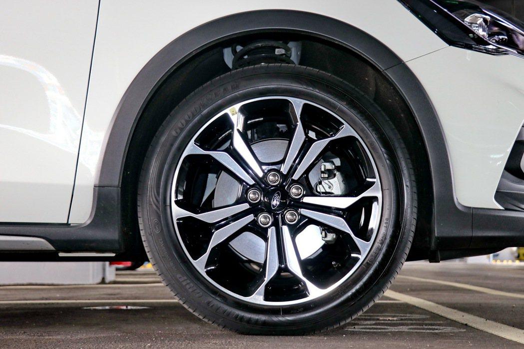五幅雙色切削鋁圈,配胎尺寸為215/50R18。 記者陳威任/攝影