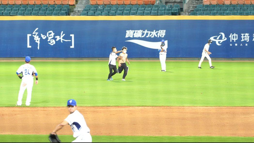 吃屎哥(游兆霖)裸上身闖入新莊棒球場。 圖/擷自Youtube