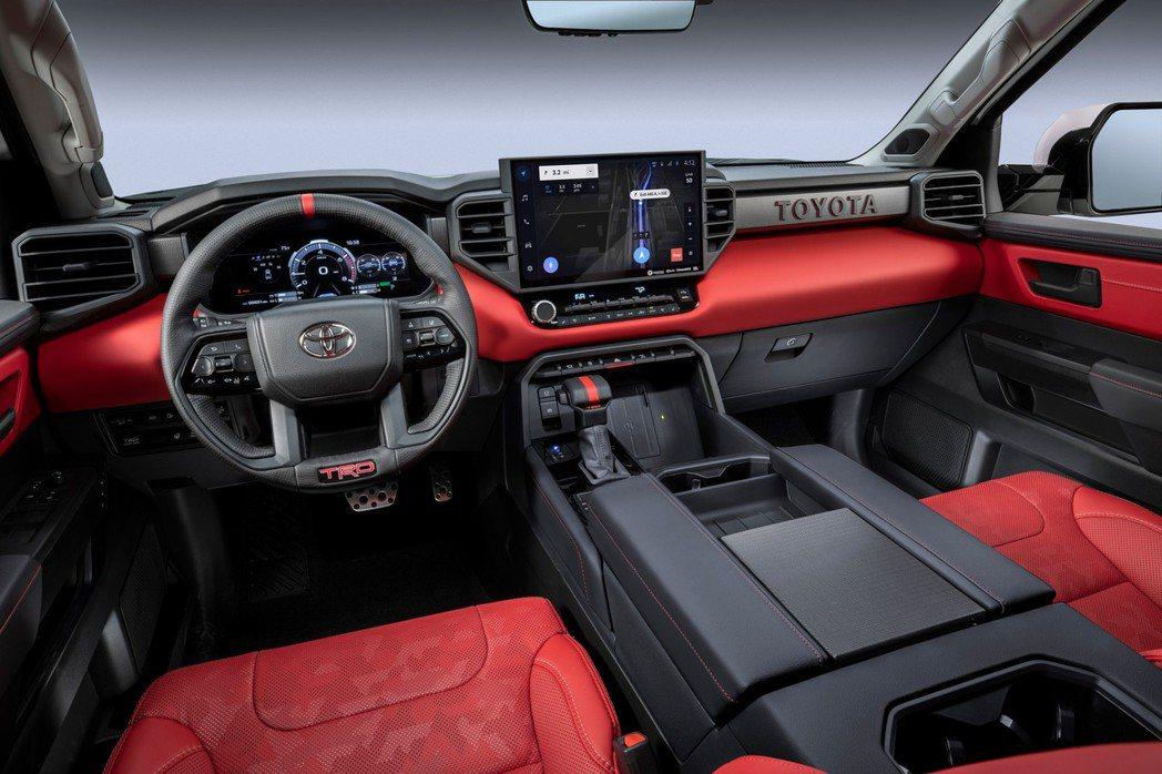 內裝依舊維持方正的肌肉造型,但多了許多科技配備。 摘自Toyota
