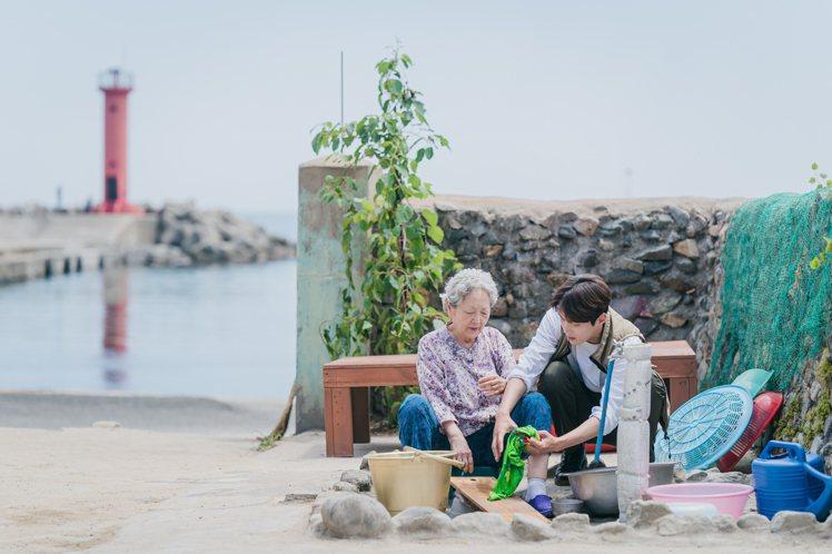 金宣虎和金英玉的各種互動,鋪陳了《海岸村恰恰恰》漁村生活的溫暖基調。圖/NETF...