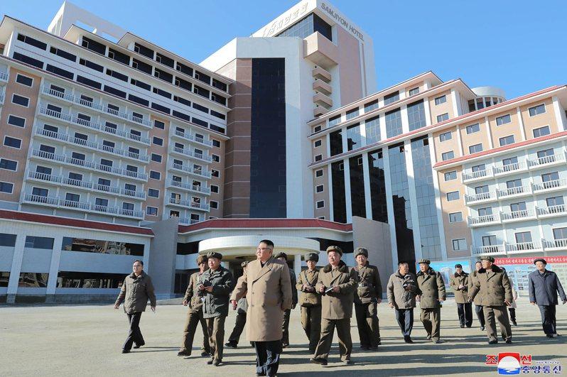 不少媒體都發覺北韓的「外觀」正在改變,不少樓宇的外牆都換上了柔和色系(Pastel Tone)。圖/美聯社