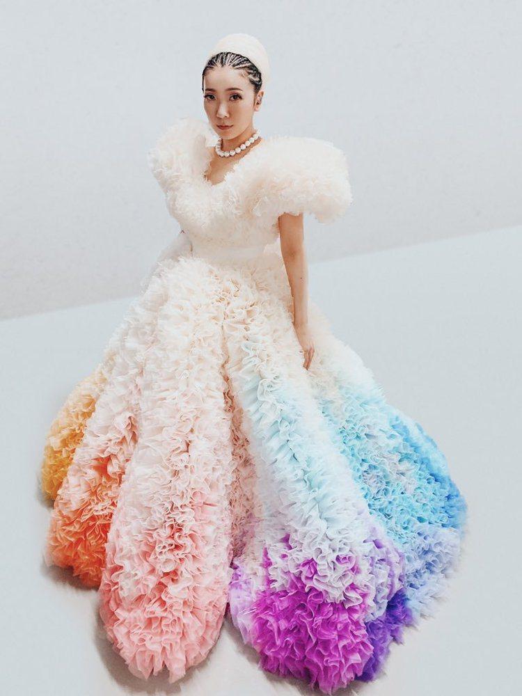米希亞在東京奧運開幕式穿小泉智貴設計的彩虹裙裝,象徵性平與愛,也有沖繩雪花冰一般...